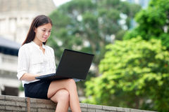 Femme d'affaires avec l'ordinateur portable d'ordinateur en Hong Kong Photographie stock libre de droits