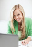 Femme d'affaires avec l'ordinateur portable dans le bureau Images libres de droits