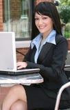 Femme d'affaires avec l'ordinateur portatif à l'extérieur Images stock