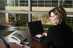 Femme d'affaires avec l'ordinateur portatif Photographie stock libre de droits