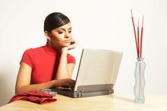 Femme d'affaires avec l'ordinateur portatif et le téléphone Image stock