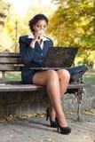 Femme d'affaires avec l'ordinateur portatif sur la pause-café images libres de droits