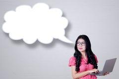 Femme d'affaires avec la bulle d'ordinateur portable et de parole Photos libres de droits