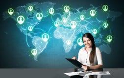 Femme d'affaires avec la connexion sociale de media Image stock