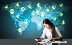 Femme d'affaires avec la connexion sociale de media Image libre de droits