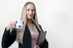 Femme d'affaires avec la cuvette de café Photo stock