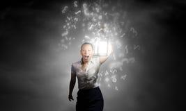 Femme d'affaires avec la lanterne Photo stock