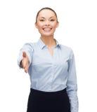 Femme d'affaires avec la main ouverte prête pour la poignée de main Photo libre de droits
