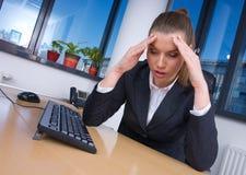 Femme d'affaires avec la migraine photos stock