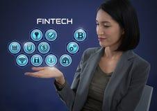 Femme d'affaires avec la paume de mains ouverte et Fintech avec de diverses icônes d'affaires Photos stock