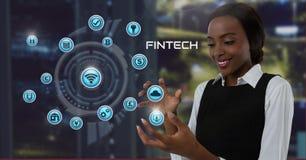 Femme d'affaires avec la paume de mains ouverte et Fintech avec de diverses icônes d'affaires Photos libres de droits