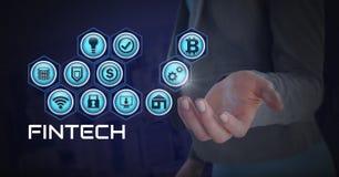 Femme d'affaires avec la paume de mains ouverte et Fintech avec de diverses icônes d'affaires Image stock