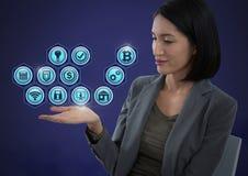 Femme d'affaires avec la paume de mains ouverte et les diverses icônes d'affaires Photo stock