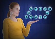 Femme d'affaires avec la paume de mains ouverte et les diverses icônes d'affaires Images stock