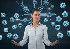 Femme d'affaires avec la paume de mains ouverte et les diverses icônes d'affaires Image stock