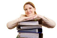 Femme d'affaires avec la pile de fichiers Photos stock