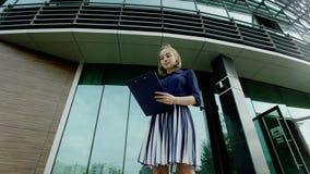 Femme d'affaires avec la planchette banque de vidéos