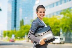 Femme d'affaires avec la serviette dans le secteur de bureau Image stock