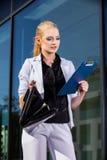 Femme d'affaires avec la serviette dans un environnement urbain photos stock
