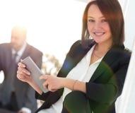 Femme d'affaires avec la tablette à l'arrière-plan du  Images stock