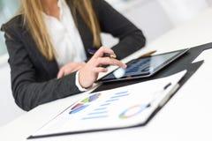 Femme d'affaires avec la tablette dans le bureau Images stock
