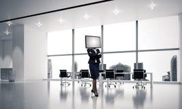 Femme d'affaires avec la TV au lieu de la tête Photo stock