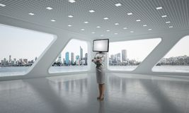 Femme d'affaires avec la TV au lieu de la tête Image libre de droits