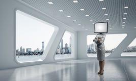 Femme d'affaires avec la TV au lieu de la tête Photographie stock