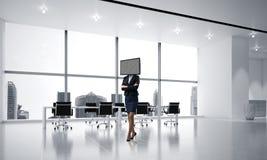 Femme d'affaires avec la TV au lieu de la tête Photographie stock libre de droits