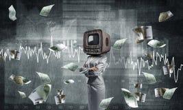 Femme d'affaires avec la vieille TV au lieu de la tête Image libre de droits