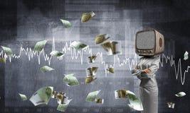 Femme d'affaires avec la vieille TV au lieu de la tête Photographie stock libre de droits