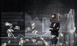 Femme d'affaires avec la vieille TV au lieu de la tête Photo libre de droits
