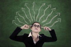 Femme d'affaires avec la voie de décision Image libre de droits