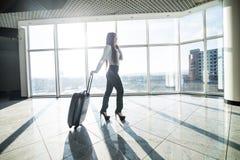 Femme d'affaires avec le bagage dans le vol de attente de terminal d'aéroport international Photos libres de droits