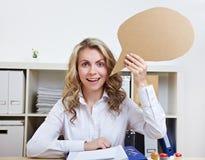 Femme d'affaires avec le ballon de la parole Image stock