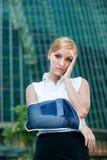 Femme d'affaires avec le bras blessé images stock