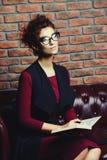 Femme d'affaires avec le carnet images libres de droits
