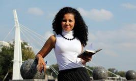 Femme d'affaires avec le carnet et stylo à la rue Image libre de droits