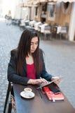 Femme d'affaires avec le comprimé au café Photographie stock