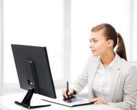 Femme d'affaires avec le comprimé de dessin dans le bureau Photographie stock libre de droits