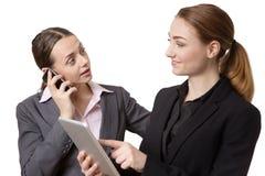 Femme d'affaires avec le comprimé et le téléphone Image libre de droits