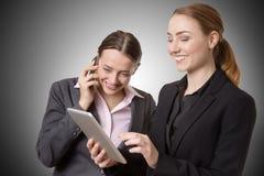 Femme d'affaires avec le comprimé et le téléphone Photos libres de droits