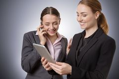 Femme d'affaires avec le comprimé et le téléphone Images libres de droits