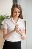 Femme d'affaires avec le comprimé rendant des achats en ligne image libre de droits