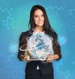 Femme d'affaires avec le contrôle de PC de comprimé le monde Photos stock