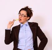Femme d'affaires avec le crayon lecteur Photos stock