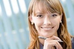 Femme d'affaires avec le crayon lecteur au bureau images libres de droits