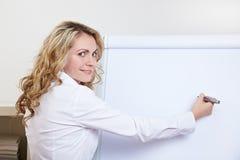 Femme d'affaires avec le crayon lecteur en fonction photographie stock libre de droits
