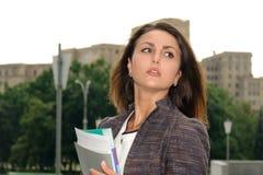 Femme d'affaires avec le dépliant dans des ses mains images libres de droits