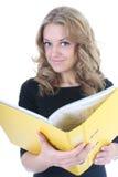 Femme d'affaires avec le dépliant jaune Images stock